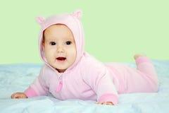 Schätzchen im rosafarbenen Teddybärkostüm Stockfotos