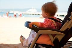 Schätzchen im Spaziergänger auf Strandurlaubsort Lizenzfreies Stockfoto