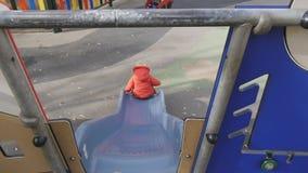 Schätzchen im Spielplatz stock footage