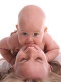 Schätzchen löscht Zähne über Mama lizenzfreie stockbilder