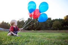 Schätzchen mit Ballonen Stockfoto