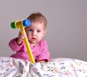 Schätzchen mit einem Spielzeug-Hummer Stockbild