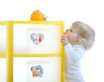 Schätzchen mit einer Orange Stockbild
