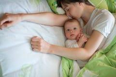 Schätzchen mit Mamma Stockbild