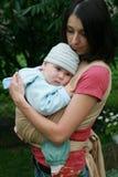 Schätzchen mit Mamma im Riemen lizenzfreie stockfotos