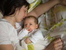 Schätzchen mit Mutter lizenzfreies stockfoto