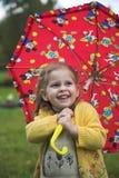 Schätzchen mit Regenschirm Stockfoto