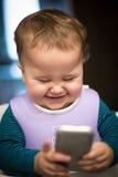 Schätzchen mit Smartphone Stockfotos