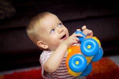 Schätzchen mit Spielzeugauto Stockfotografie