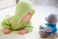 Schätzchen mit Teddybären Stockbild