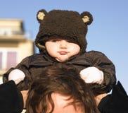 Schätzchen-tragender Bären-Mantel Lizenzfreie Stockfotografie
