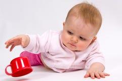 Schätzchen und Cup des kleinen Kindes Stockfotografie