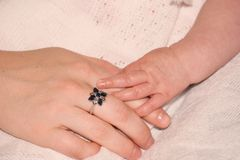 Schätzchen-und Mutterhände Stockfotos