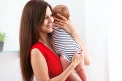 Schätzchen- und Mutterspielen Glückliches lächelndes Familien-Portrait lizenzfreies stockfoto