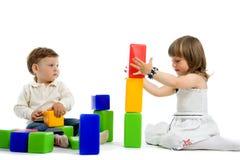 Schätzchen zwei mit Spielzeugblöcken Lizenzfreies Stockfoto
