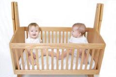 Schätzchen-Zwillinge in der Krippe Lizenzfreie Stockbilder