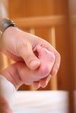 Schätzchenfuß und die Hand seines Vaters Lizenzfreie Stockfotos