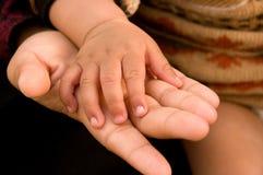 Schätzchenhände auf Händen ihr Mutter Lizenzfreies Stockbild