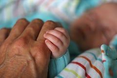 Schätzchenhände mit Vater Lizenzfreie Stockfotos