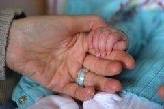 Schätzchenhände mit Vater Lizenzfreies Stockfoto