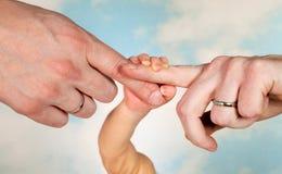 Schätzchenhände und -muttergesellschaft Stockfotos