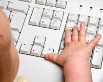 Schätzchenhand mit Tastatur lizenzfreie stockfotografie