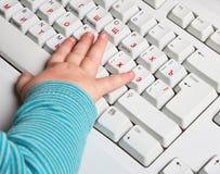 Schätzchenhand mit Tastatur lizenzfreie stockbilder
