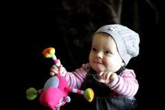 Schätzchenkind, das mit Spielzeug spielt lizenzfreie stockbilder
