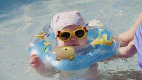 Schätzchenschwimmen mit Stutzen Swimring stock video footage