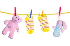 Schätzchenwaren, die an der Wäscheleine hängen Stockbild