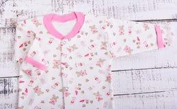 Schätzchenwaren, die an der Wäscheleine hängen Babybluse und Hosenschieber pijama Lizenzfreie Stockbilder