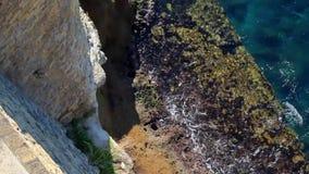 Schäumende Meereswellen am Fuß der Festung Ansicht von oben nach unten stock footage