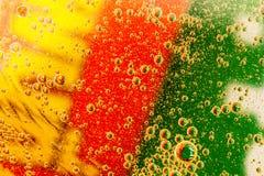 Schäumende Tablette im Wasser mit Luftblasen stockbilder