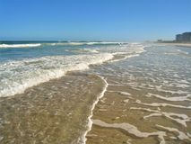 Schäumende Wellen an neuem Smyrna-Strand, Florida stockfotos