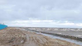 Schäumende Wellen während eines Sturms Regnerischer Tag bildschirm Sturm auf dem Meer Die Wellen rollen auf einem Kiesel-Stein-St stock footage