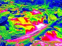 Schäumender Wasserspiegel des Wasserfalls, Kurven zwischen Flusssteinen von Stromschnellen Wasser von Gebirgsfluss im Infrarotfot Stockbilder