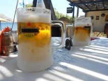 schäumendes Bier in Griechenland Stockfotografie