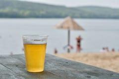 Schäumendes Glas Bier Stockfoto