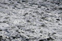 Schäumendes weißes Ozeanwasser lizenzfreie stockbilder
