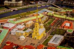 Schön über Ansicht von Peter und von Paul Fortress, Umgeben von verschiedenen Gebäuden in der Stadt von St Petersburg Lizenzfreie Stockbilder