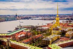 Schön über Ansicht von Peter und von Paul Fortress, Umgeben von verschiedenen Gebäuden in der Stadt von St Petersburg Lizenzfreies Stockfoto