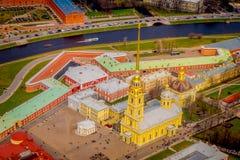 Schön über Ansicht von Peter und von Paul Fortress, Umgeben von verschiedenen Gebäuden in der Stadt von St Petersburg Stockfotos