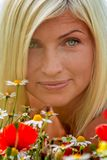 Schön, attraktiv, Blondineporträt mit Wiesenblumen Weicher Fokus lizenzfreie stockbilder