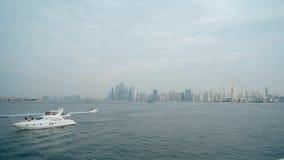 Schön auf modernen Türmen Dubais und sich hin- und herbewegendem Yachten und Boote timelapse hyperlapse nachts, stock video footage