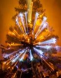 Schön beleuchtet romantischer verzierter Weihnachtsbaum auf warmem Hintergrund mit Zoom heraus Lizenzfreie Stockfotografie