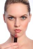 Schön bilden Sie Künstlerfrau mit Lippenstift Lizenzfreie Stockfotografie