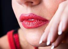 Schön bilden Sie von den hellen roten Lippen stockbilder