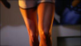 Schön bräunte die weiblichen Beine, die auf einer Tretmühle in der Turnhalle laufen gelassen wurden stock video