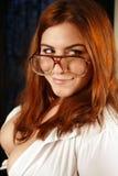 Schön, busty, Dame mit Gläsern Lizenzfreie Stockfotos