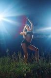 Schön, dünn, Sport, gelockter Tänzer, der auf grasartigem Feld aufwirft Lizenzfreie Stockfotos